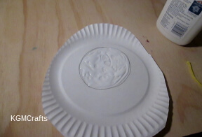 draw a circle on the other plate and add glue